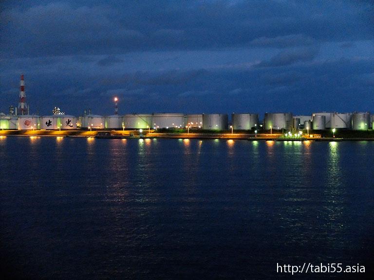 苫小牧港のタンク群