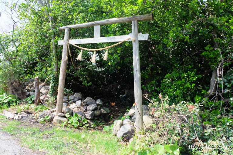 屋那の舟小屋群の近くの木製の鳥居(隠岐の島町/島後)