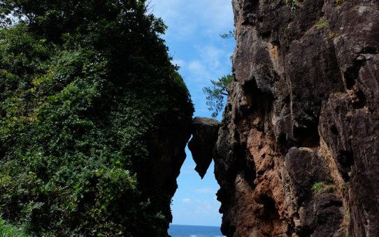 弁慶のはさみ石(新潟県佐渡島)