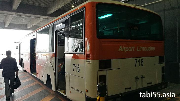 バスで搭乗機へ向かいます