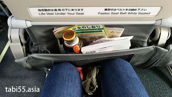 座席は一般的なLCC仕様の狭さ