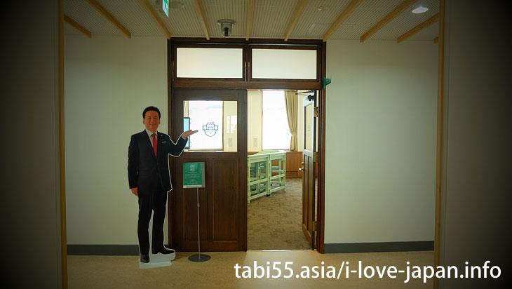3.旧佐賀県知事室等で、知事のイスに座る